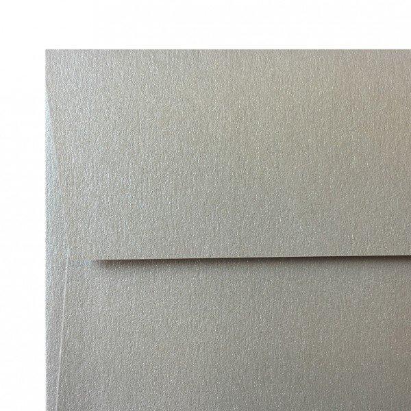 Sobre americano sin ventana en papel plateado